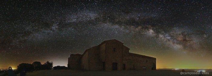 La Vía Láctea sobre el Monasterio de Tentudía